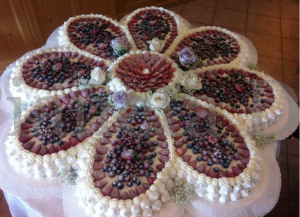 Pianeta Dessert - Torta nuziale chantilly,frutti di bosco e meringa